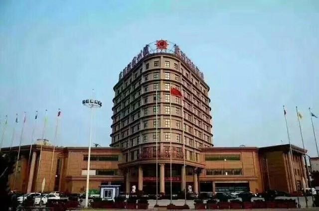 瀛州国际酒店位于河间市京开北路北环岛。包括主楼和贵宾楼。经营
